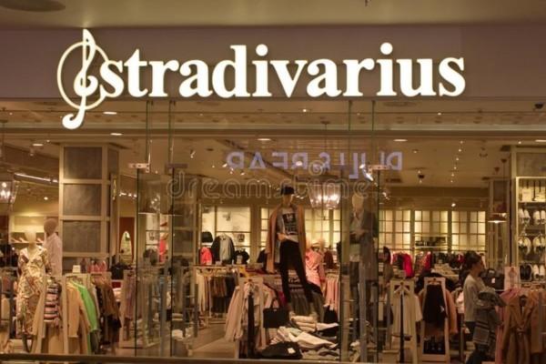 Stradivarius: Τρέξε να βρεις τη μίνι σατέν φούστα που ξεπουλά