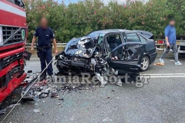 Τροχαίο-σοκ στην Φθιώτιδα: Αυτοκίνητο «καρφώθηκε» σε νταλίκα
