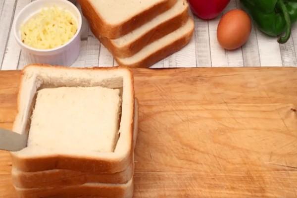 Ανοίγει τρύπες στο ψωμί και τις γεμίζει με αυγά, τυρί και ζαμπόν - Με το αποτέλεσμα θα σας τρέξουν τα σάλια