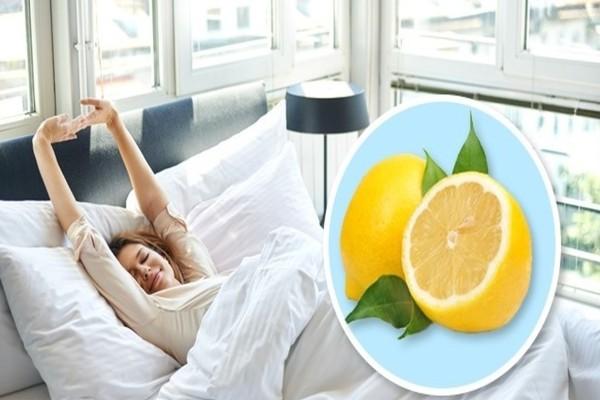 Παίρνει ένα κομμένο λεμόνι και το βάζει δίπλα της πριν κοιμηθεί - Θα πάθετε πλάκα με το τι θα συμβεί