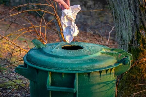 Βούτηξε ένα κομμάτι χαρτί σε ξύδι και το πέταξε στα σκουπίδια - Απαλλάχτηκε από το πρόβλημα κάθε νοικοκυράς