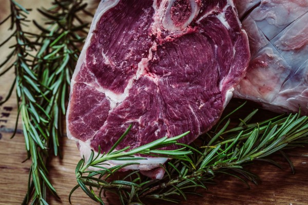 Ο απίθανος λόγος που απαγορεύεται να βάλετε το κρέας στο φούρνο μικροκυμάτων