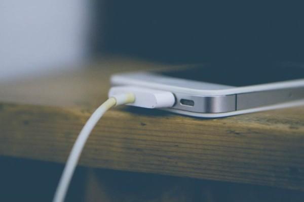 Mεγάλη προσοχή: Σταμάτησε τη φόρτιση στο κινητό σου πριν κοιμηθείς
