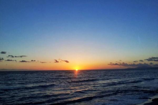 Ονειρεμένο: Το νησί του Ιουνίου που έχει ηλιοβασίλεμα αντάξιο με αυτό της Σαντορίνης