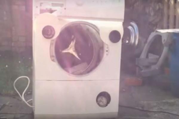 Έβαλε μέσα στο πλυντήριο ένα τούβλο - Αυτό που έγινε μέσα σε λίγα δευτερόλεπτα δεν το χωράει ανθρώπινος νους