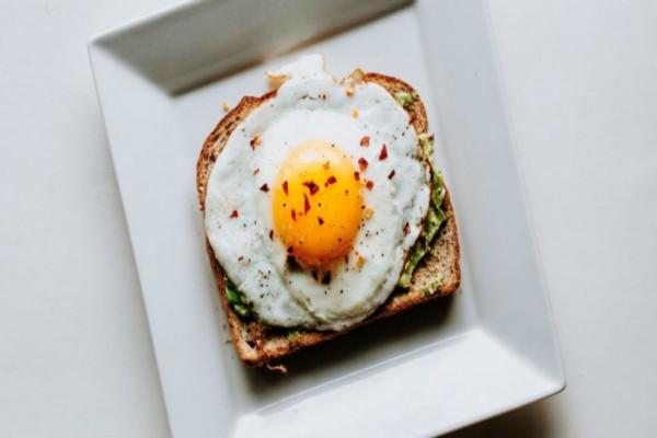 Το κόλπο για το τέλειο τηγανητό αυγό χωρίς... τηγάνι