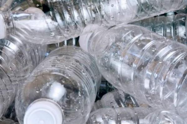 Τεράστιο λάθος: Δείτε τι μπορείτε να πάθετε αν χρησιμοποιείτε πλαστικό μπουκάλι