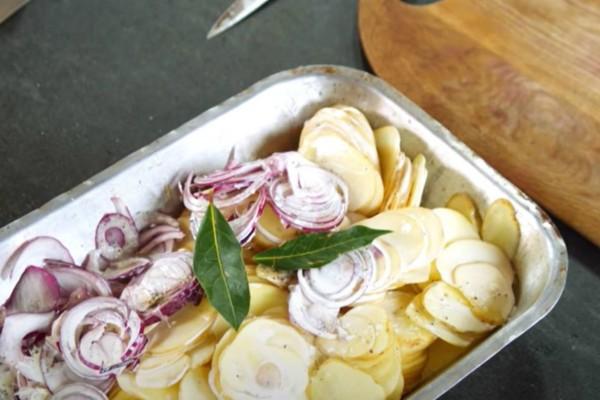Γεμίζει ένα ταψί με πατάτες, τυρί και κρεμμύδια και το βάζει στο φούρνο - Μετά από 30 λεπτά το βγάζει και...