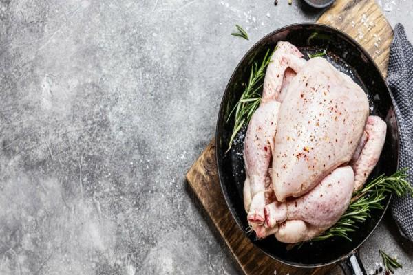 Το κόλπο για να κόψετε ένα ολόκληρο κοτόπουλο με δύο κινήσεις