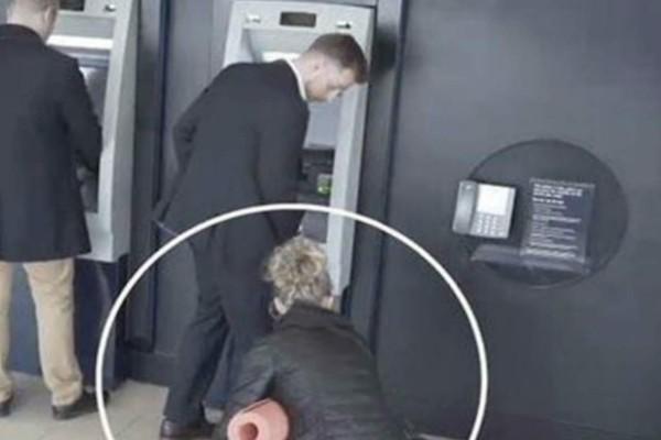 Έτσι μπορούν να κλέψουν το PIN και την κάρτα σας από το ΑΤΜ - Απίστευτο βίντεο από κάμερα ασφαλείας