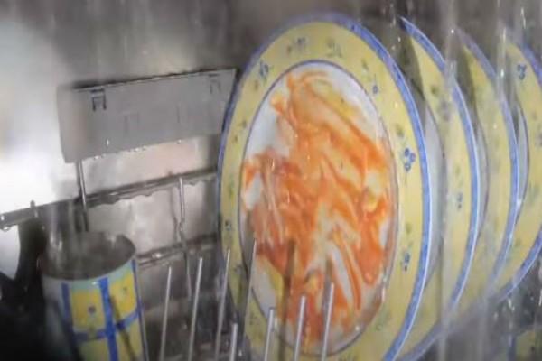 Έβαλε μια κάμερα μέσα στο πλυντήριο - Μόλις δείτε πώς πλένονται τα πιάτα θα μείνετε άφωνοι
