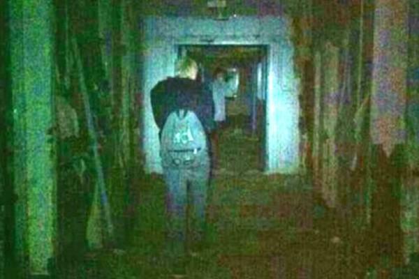 Ανατριχιαστικό βίντεο: Γυναίκα καταγράφει φάντασμα σε εγκαταλελειμμένο νοσοκομείο