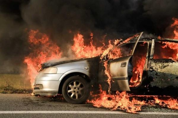 Συναγερμός στο κέντρο της Αθήνας: Αυτοκίνητο τυλίχθηκε στις φλόγες