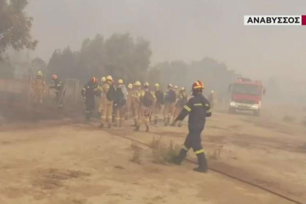 Πύρινη κόλαση σε Καλύβια, Κερατέα, Ανάβυσσο: Εκκένωση οικισμών, διακοπή κυκλοφορίας και καμένα σπίτια (Video)