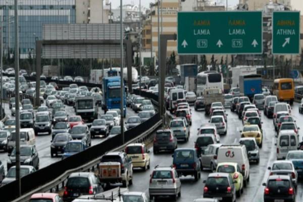 Στις φλόγες φορτηγό στην Ε.Ο. Αθηνών - Λαμίας: Ουρές χιλιομέτρων!