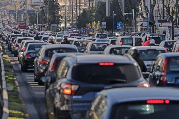 Κυκλοφοριακό χάος στην Αθήνα: Πού έχει μποτιλιάρισμα - Ποιους δρόμους να αποφύγετε