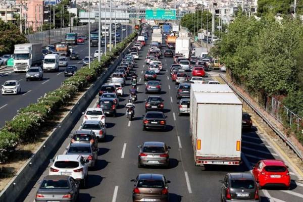 Πανικός στην Αττική Οδό: Αυτοκίνητο τυλίχθηκε στις φλόγες - Μποτιλιάρισμα στους δρόμους