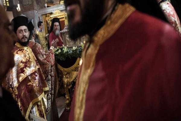 Τραγικό: Ιερέας έλεγε στους μαθητές να φιλήσουν το σταυρό γιατί... δε θα κολλήσουν κορωνοϊό