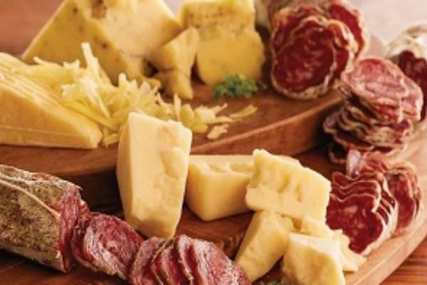 Ο απίστευτος λόγος που είναι απαγορευτικός ο συνδυασμός κρέατος και τυριού
