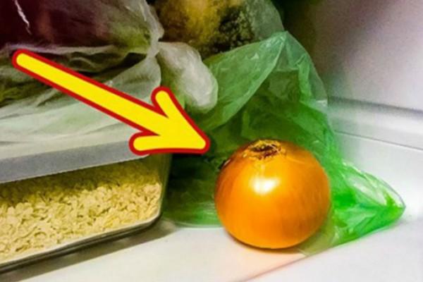 Γυναίκα βάζει πάντα τα κρεμμύδια στην κατάψυξη - Ο λόγος; Απίθανος!
