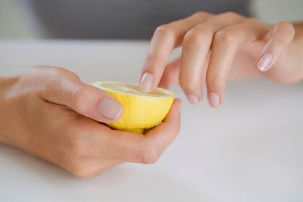 Στύβει 2 λεμόνια και ρίχνει τον χυμό πάνω στα νύχια της - Το αποτέλεσμα; Θα σας εκπλήξει!