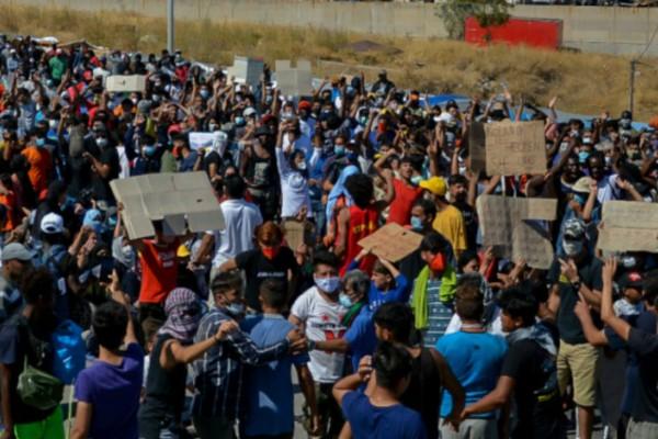 Αναβρασμός στη Μόρια: Διαμαρτυρία μεταναστών για να φύγουν από τη Λέσβο (Video)