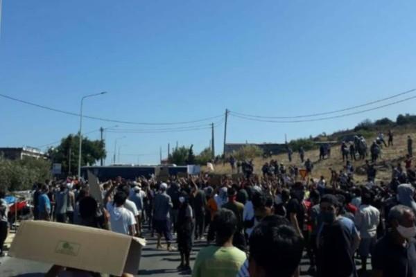 Επεισόδια στη Λέσβο: Μετανάστες σε πετροπόλεμο με τις δυνάμεις των ΜΑΤ (Video)