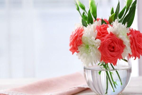 Γέμισε ένα βάζο με ξύδι και κύβους ζάχαρης κι έβαλε μέσα λουλούδια - Μόλις δείτε το λόγο θα εκπλαγείτε