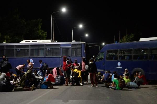 Δήμαρχος Μυτιλήνης: 12.000 μετανάστες ξαπλωμένοι και συνωστισμένοι στην εθνική οδό, ανάμεσά τους 35 με κορωνοϊό