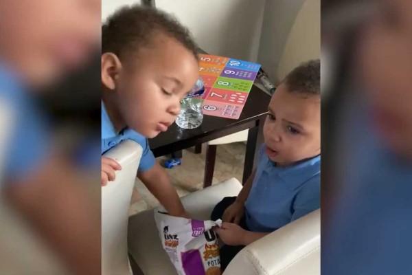 2χρονα δίδυμα αγοράκια δοκιμάζουν πατατάκια για πρώτη φορά - Θα λυθείτε στα γέλια μόλις δείτε τι γίνεται