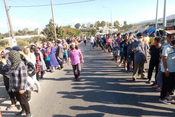 Τεράστιες ουρές από χιλιάδες πρόσφυγες στη Λέσβο για λίγα τρόφιμα!