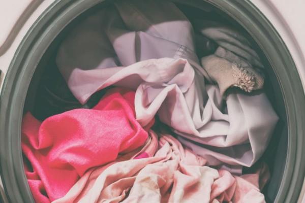 Πασπάλισε τα ρούχα της με αλεύρι και μετά τα έριξε στο πλυντήριο - Μόλις τελείωσε η πλύση είδε...