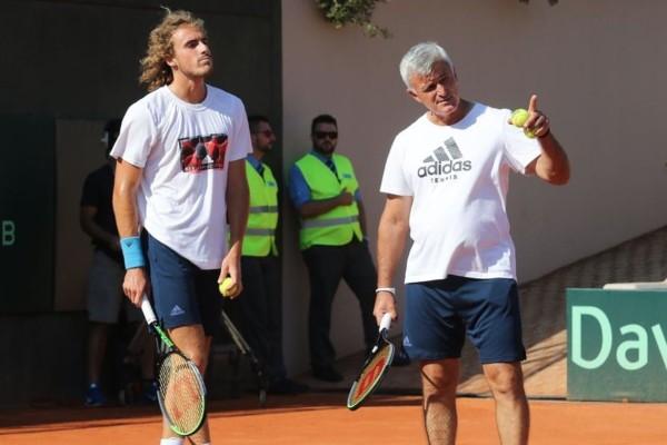 Roland Garros: Η μάσκα που φόρεσε ο πατέρας του Στέφανου Τσιτσιπά και έκανε όλο το γήπεδο να τον κοιτάει