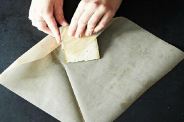 Παίρνει ένα κομμάτι τυρί και το τυλίγει με λαδόκολλα - Ο λόγος; Πανέξυπνος!