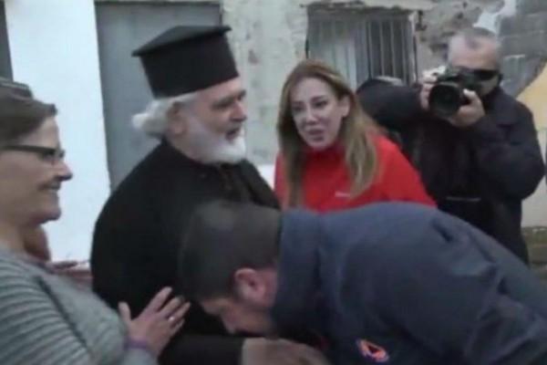 Το «χειροφίλημα» του Χαρδαλιά σε ιερέα, οι «εμπρηστικές» αναρτήσεις στο Twitter και η απάντηση του ίδιου! (photo-video)