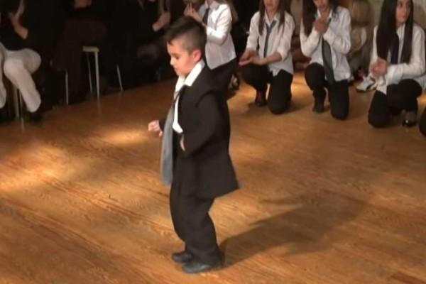 5χρονος χορεύει το πιο αλήτικο ζεϊμπέκικο και ξεσηκώνει τους πάντες