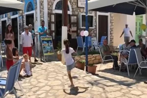 8χρονο κοριτσάκι χορεύει το πιο μάγκικο ζεϊμπέκικο στο Καστελόριζο και συγκινεί
