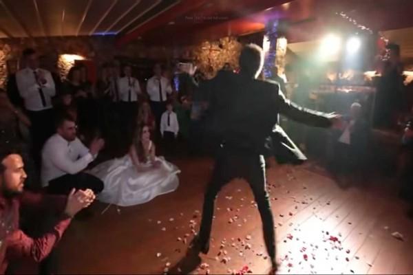 Ο μπαμπάς της νύφης χάρισε στο γάμο της το καλύτερο δώρο με το πιο συγκλονιστικό ζεϊμπέκικο