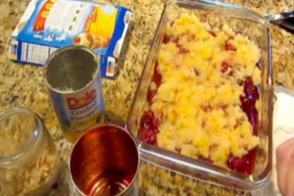 Ρίχνει κομματάκια κονσερβοποιημένων φρούτων σ' ένα πυρέξ - Το τελικό αποτέλεσμα; Απίθανο!