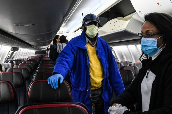 Τι λέει η νέα έρευνα για τον κορωνοϊό στα αεροπλάνα - Τι γίνεται όταν βήχει κάποιος