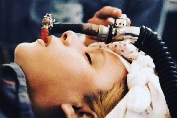 Η Αλίκη Βουγιουκλάκη αναίσθητη στο χειρουργικό κρεβάτι - Φωτογραφία-ντοκουμέντο