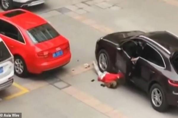 Σκληρές εικόνες: Το ζευγάρι μάλωνε άγρια μες στην Porsche μέχρι που ο άνδρας…