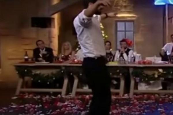 Πανέμορφο μοντέλο χορεύει ένα μοναδικό ζεϊμπέκικο και τα πιάτα πέφτουν στα πόδια του βροχή