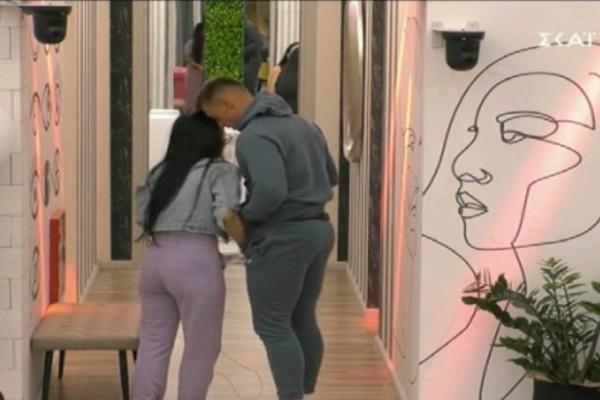Big Brother: Δεν κρατά κανένα πρόσχημα ο ΣΚΑΪ - Της βγάζει το σουτιέν κι εκείνη βάζει χέρι στο πέος του