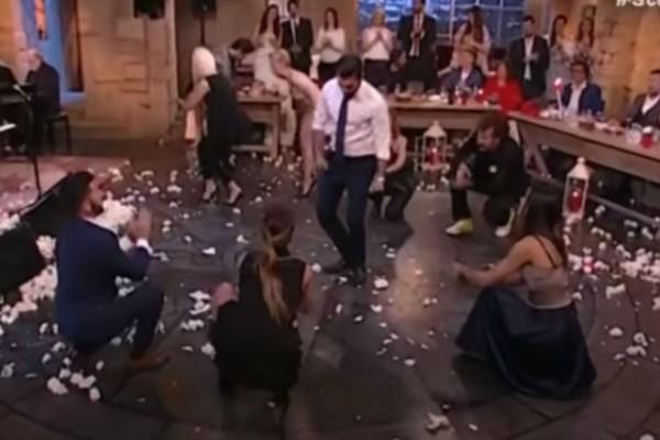 Χορεύει και