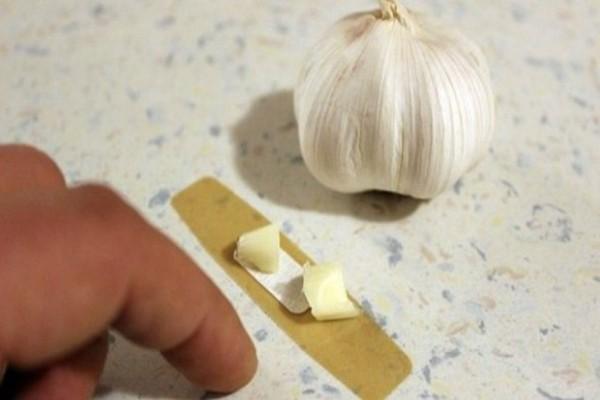 Κολλάει ένα κομμάτι σκόρδου πάνω στο δέρμα του.. Το τι θα γίνει θα σας αφήσει με το στόμα ανοιχτό