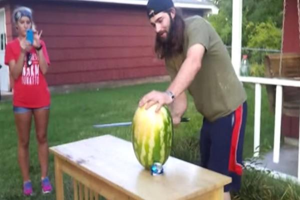 Προσπάθησε να κόψει ένα καρπούζι με το σπαθί για να εντυπωσιάσει την κοπέλα του. Η κατάληξή του; Σκέτη ντροπή!