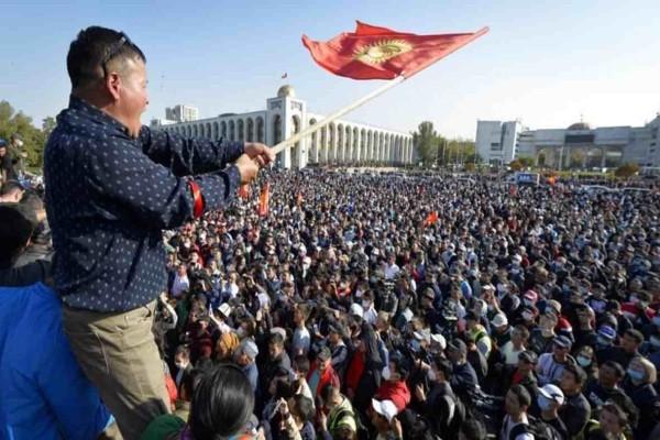 «Αναβρασμός» στο Κιργιστάν: Έτοιμος να παραιτηθεί ο πρόεδρος της χώρας