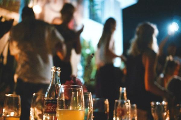 Κορωνοϊός: Αλλάζει το ωράριο λειτουργίας σε μπαρ και εστιατόρια