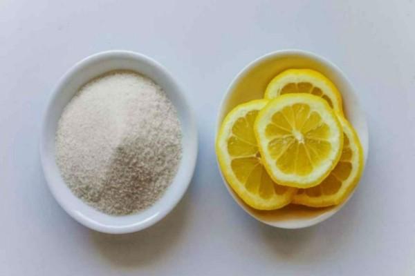 Βούτηξε τη φλούδα ενός λεμονιού σε ζάχαρη κι ελαιόλαδο κι έτριψε τα γόνατά της - Με το αποτέλεσμα θα ενθουσιαστείτε!